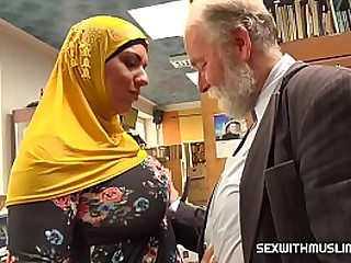 muslim bitch fucked with horny seller